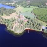 Blick auf den schwedischen Ferienhof Långserum Fritidsgård direkt am See Gruppenhäuser und Freizeitheime in Schweden