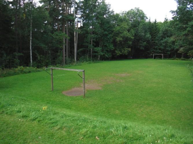 Fußballfeld am schwedischen Gruppenhaus Majblommegården