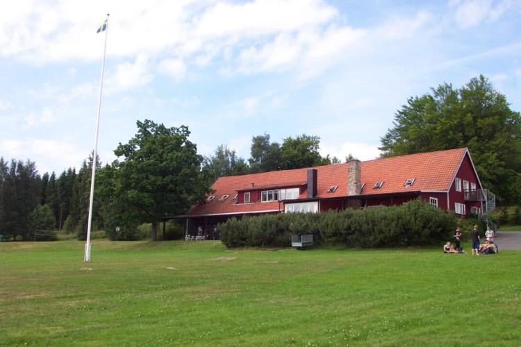 Das Gruppenhaus Munkaskog in Schweden von außen.