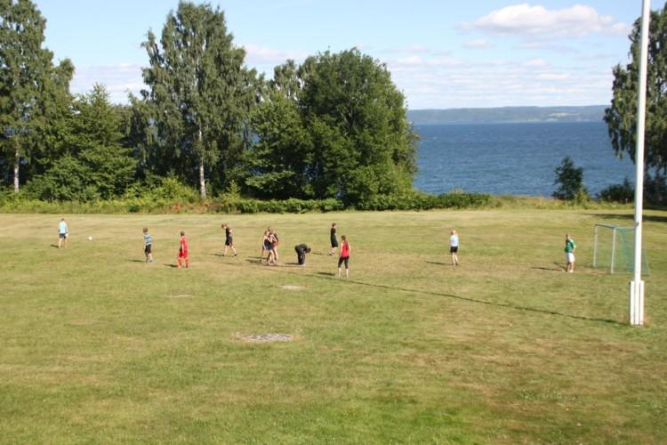 Die Rasenfläche am Freizeitheim Munkaskkog in Schweden.