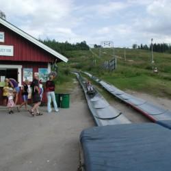 Sommerrodelbahn beim schwedischen Gruppenhaus Skoglundsgården für Kinderfreizeiten
