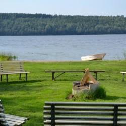 Badestelle und Lagerfeuerstelle gehören zum Gruppenhaus Sjöhaga in Schweden.