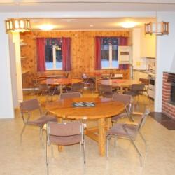 Das Kaminzimmer im Gruppenhaus Stenbräcka in Schweden.