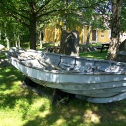 Ein Boot am Gruppenhaus Stenbräcka in Schweden.