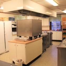 Selbstversorgerküche im schwedischen Gruppenhaus Hamneda Fritidsgård für Kinderfreizeiten