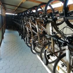 Fahrräder am Freizeitheim für Kinder und Jugendliche in Slowenien