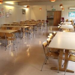 Ein Speisesaal im norwegischen Gruppenhaus Skogstad.
