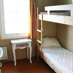 Ein Mehrbettzimmer im Freizeitheim Skogstad in Norwegen.
