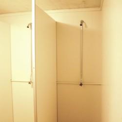 Die Duschen im Freizeitheim Skogstad in Norwegen.