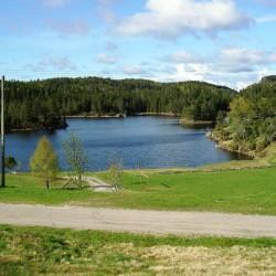 noun Am See gibt es einen Fußballplatz auf einer der terrassierten Wiesen.