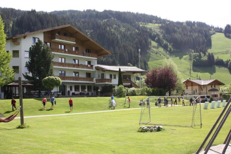 Das österreichische Gruppenhaus Lindenhof mit Fußballplatz.