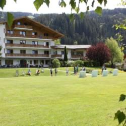 Die Wiese für Spiel und Sport am Freizeithaus Lindenhof in Österreich.