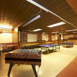 Aufenthaltsraum mit Kicker, Tischtennis und Billard im Freizeithaus Lindenhof für barrierefreie Gruppenreisen in Österreich.