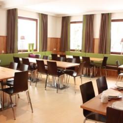 Ein Speiseraum im barrierefreien Gruppenhaus Lindenhof in Österreich.