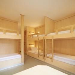 Etagenbetten in einem Mehrbettzimmer im Freizeitheim Lindenhof in Östrreich.