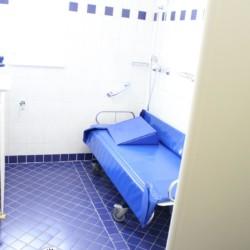 Sanitäre Anlagen mit Duschliege im barrierefreien Freizeithaus Lindenhof in Österreich.