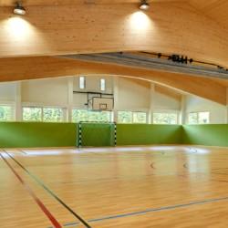 Die große und moderne hauseigene Sporthalle mit Basketball und Fußball am Freizeitheim Lindenhof für barrierefreie Gruppenreisen in Österreich.