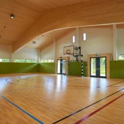 Die hauseigene Sporthalle mit Basketball und Fußball am Freizeitheim Lindenhof für barrierefreie Gruppenreisen in Österreich.