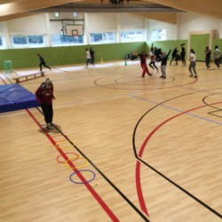 Die hauseigene Sporthalle mit Basketballfeld am Gruppenheim Lindenhof für barrierefreie Gruppenreisen in Österreich.