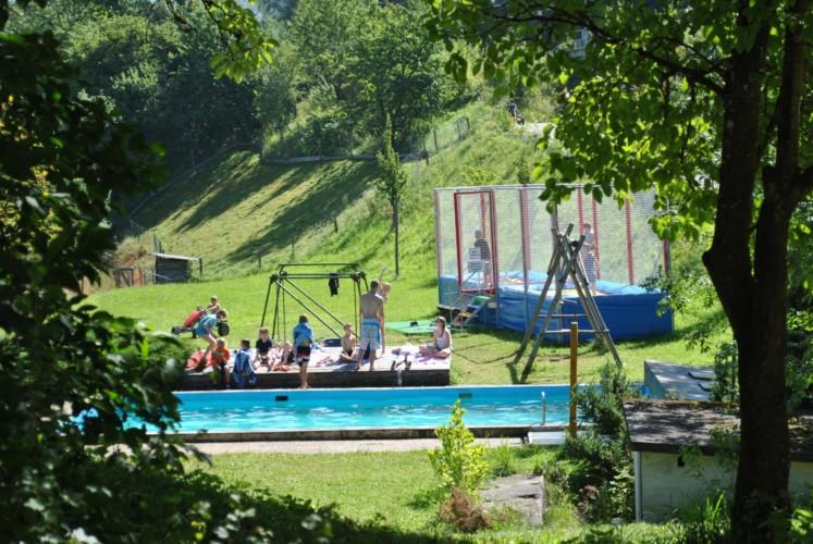 Außengelände des Gruppenhotels Prommegger in Österreich.