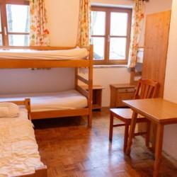Ein Zimmer mit mehreren Betten im Gruppenhotel Prommegger in Österreich.