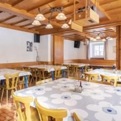 Der große Speisesaal im Freizeithaus Haus Wendy für Gruppenreisen in Österreich.