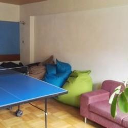 Der Gruppenraum mit Tischtennis und Sitzsäcken im österreichischen Gruppenhaus Haus Wendy für Kinder und Jugendreisen.