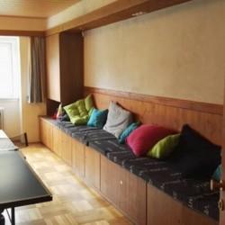 Der Gruppenraum mit Tischtennis und Sitzbank im Gruppenheim Haus Wendy für Kinder und Jugendfreizeiten in Österreich.