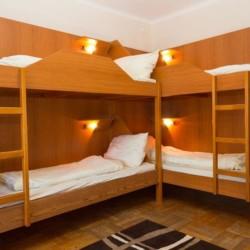 Ein Mehrbettzimmer mit Etagenbetten im Freizeithaus Haus Wendy in Österreich.