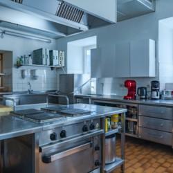 Die große Küche mit Küchengeräten im Freizeitheim Haus Wendy in Österreich.