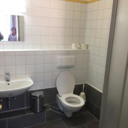 Sanitäre Anlage mit WC und Waschbecken im Freizeitheim Haus Wendy in Österreich.