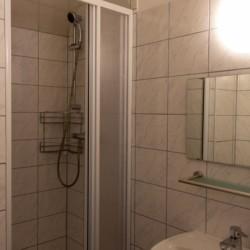 Sanitäre Anlage mit Einzeldusche und Waschbecken im österreichischen Gruppenheim Haus Wendy.
