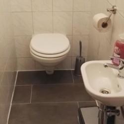 Sanitäre Anlage mit WC und Waschbecken im österreichischen Gruppenheim Haus Wendy.