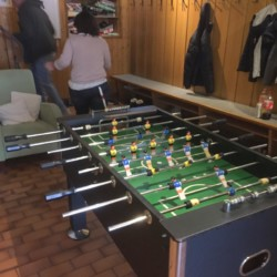 Kicker im Freizeitraum im österreichischen Gruppenheim Haus Wendy für Kinder und Jugendreisen.