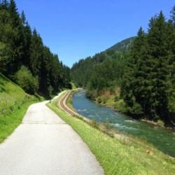 Wandern in der Natur mit Wäldern und Flüssen am Gruppenhaus Haus Wendy in Österreich.