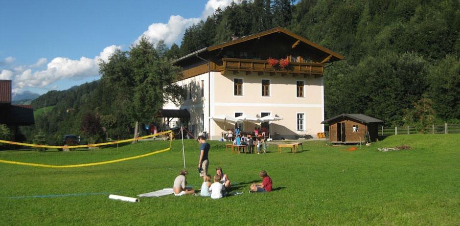 Die große Wiese am Waldhof in Österreich.