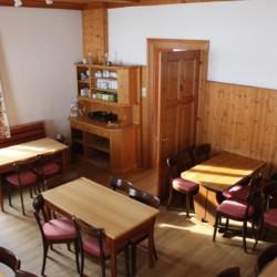 Der Speisesaal und Aufenthaltsbereich im Haus Waldhof in Österreich.