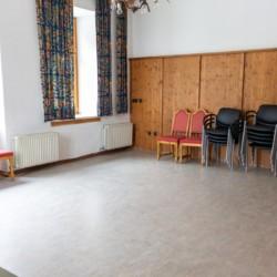 Der Gruppenraum im Freizeitheim Waldhof in Österreich.