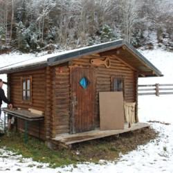 Die Blockhütte am Gruppenhaus Waldhof in Österreich.