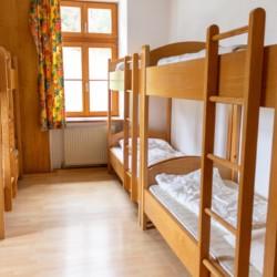 Die Zimmer im Gruppenhaus Waldhof in Österreich.