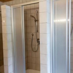 Eine Dusche im Gruppenhaus Waldhof in Österreich.