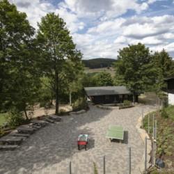 Außengelände vom Abenteuerdorf Wittgenstein mit Gruppenhaus Bachbett im Sauerland für Menschen mit Behinderung
