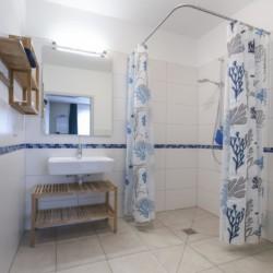 rolligerechtes Bad im Gruppenhaus Bachbett vom Abenteuerdorf Wittgenstein im Sauerland für Menschen mit Behinderung