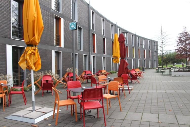 Terrasse vom barrierefreien Gruppenhaus Jugendherberge Düsseldorf am Rhein für Menschen mit Behinderung