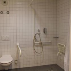 rolligerechtes Bad im barrierefreien Gruppenhaus Jugendherberge Düsseldorf am Rhein für Menschen mit Behinderung
