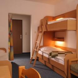 Ein Mehrbettzimmer im Gruppenhaus Friedrich-Blecher-Haus in Deutschland.