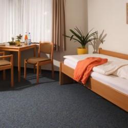 Ein Einzelzimmer im Friedrich-Blecher-Haus in Deutschland.