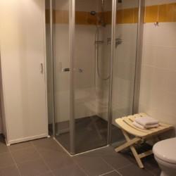 Ein Duschbereich im Gruppenhaus Friedrich-Blecher-Haus in Deutschland.