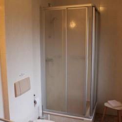 defb6b2 Ein Badezimmer im Friedrich-Blecher-Haus in Deutschland.