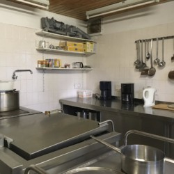 Die Küche im Freizeithaus Fuchsbau in Deutschland.